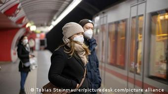 Мужчина и женщина в масках на перроне станции метро в Вене