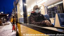 Passagier mit FFP2-Masken in einem Stuttgarter Bus