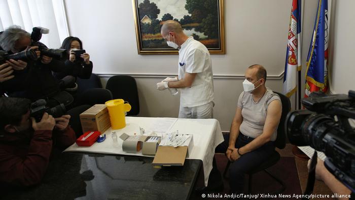 Menteri kesehatan Serbia, Zlatibor Loncar secara simbolis mendapat vaksinasi anti Covid-19 di Beograd