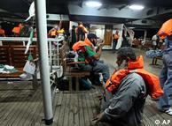 Activistas a bordo de la embarcación abordada, antes de la irrupción de los soldados israelíes.