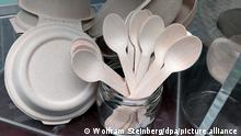 03.09.2019. Berlin. Einweg-Besteck aus Holz und Einweg-Geschirr aus Pappe als Alternative zu Plastik wird bei einer Präsentation von einer Catering-Firma gezeigt. Foto: Wolfram Steinberg/dpa