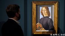 New York | Preview von Sandro Botticelli's Young Man Holding a Roundel bei Sotheby's