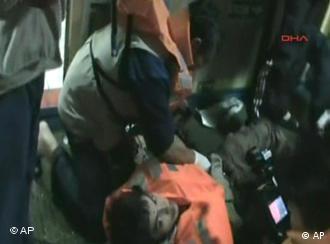 Foto video, yang dikeluarkan organisasi bantuan Turki, memperlihatkan seorang aktivis yang terluka akibat serbuan tentara Israel