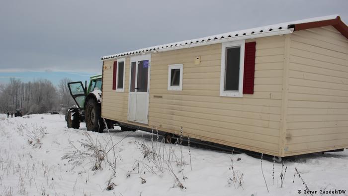 Familie Ognjenović aus dem Dorf Švrakarica bei Sisak sollte dieses mobile Haus bekommen, weil ihr eigenes haus schwer während des Erdbebens am 28. Dezember 2020 so schwer beschädigt wurde, das man nicht mehr darin leben kann. Leider blieb das Behelfshaus im Schnee vor dem Dorf stecken