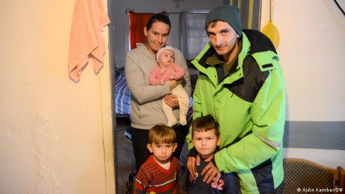 Familie Ognjenović aus dem Dorf Švrakarica bei Sisak in Kroatien. Ihr Haus wurde schwer beschädigt während des Erdbebens am 28. Dezember 2020, das Mittelkroatien getroffen hat. deshalb zog die Familie ins Haus der Nachbarin.