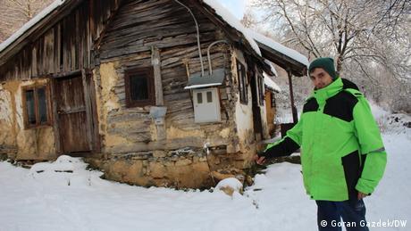 Milan Ognjenović ispred svoje u potresu oštećene kuće