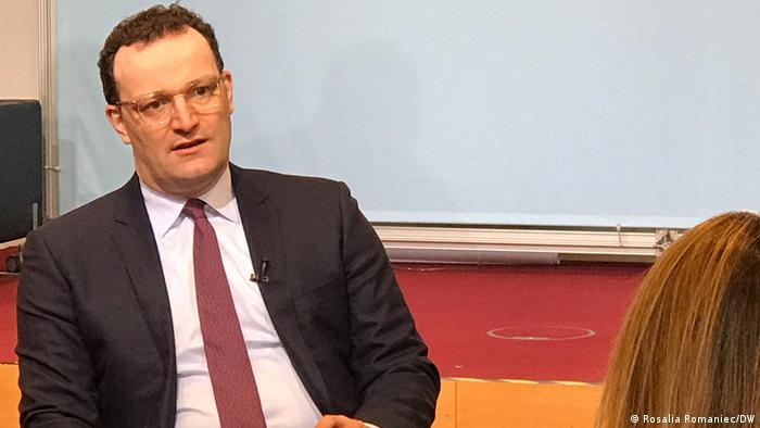 وزير الصحة الألماني ينس شبان خلال مقابلته مع DW
