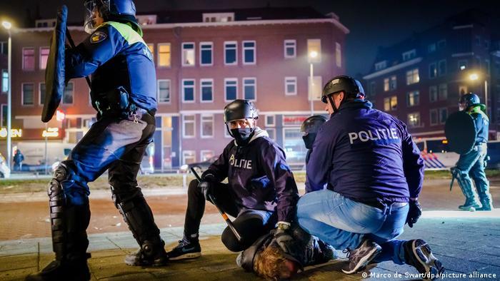 Затримання учасника протестів у Нідерландах