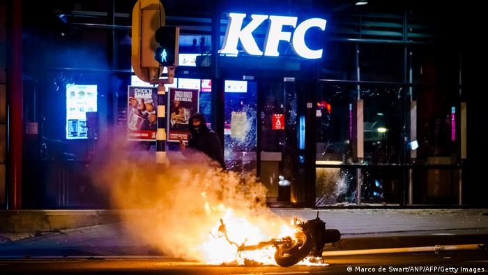A vehicle has been set on fire after a large group of young people has sought confrontation with the police in Rotterdam