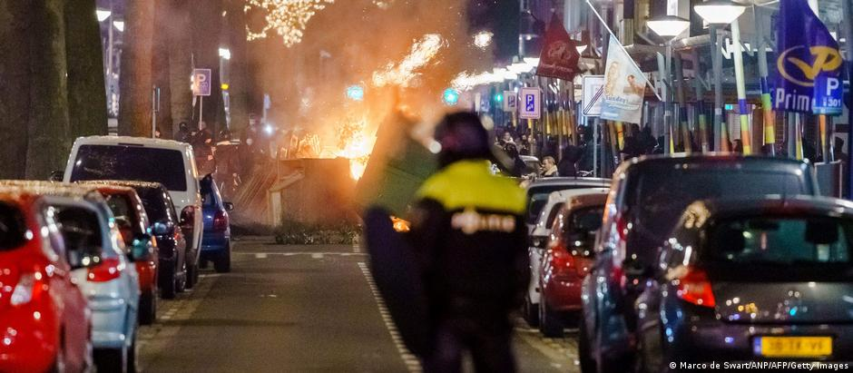A large group of young people clash with police on Beijerlandselaan in Rotterdam