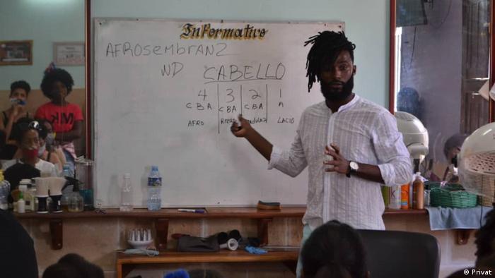 Roberto Álvarez, educa sobre texturas del cabello: 4c, el cabello de los primeros africanos esclavizados y traídos por la fuerza al país, es el que hoy mantienen muchos de sus descendientes.