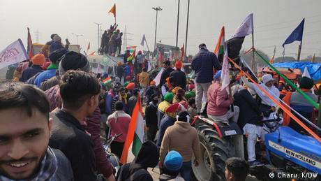 Farmers knocking down police barricades