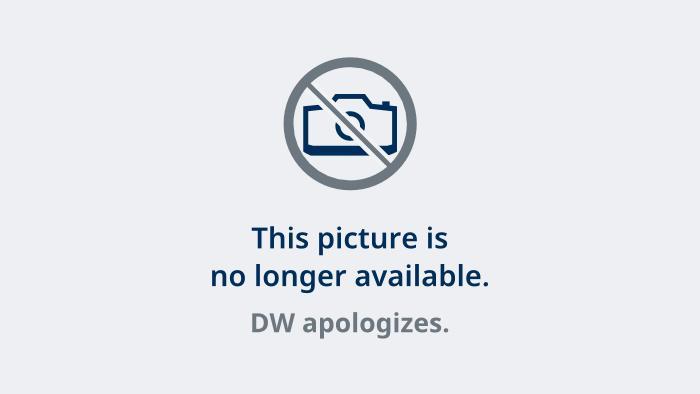Schulkinder laufen in in Warschau an Ruinen des ehemaligen Juden-Ghettos vorbei