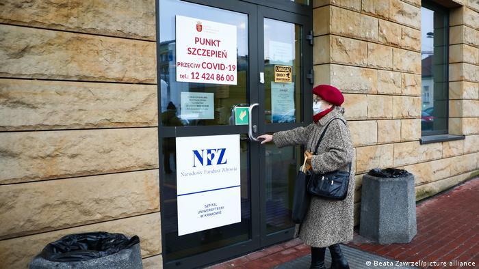 Impfstart gegen Covid-19 in Polen: Eine ältere Frau öffnet am 25. Januar 2021, dem ersten Impftag in Polen, eine Tür des Universitätsklinikums Krakau