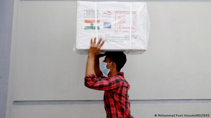 Bangladesch Dhaka   Ankunft von Oxford-Astrazeneca COVID-19 Impfstoff als Geschenk von Indien