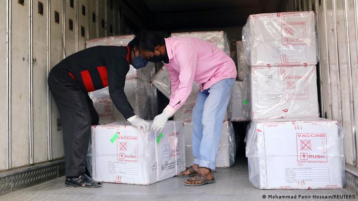 Разтоварване на пратка от ваксината на AstraZeneca в Дака, Бангладеш