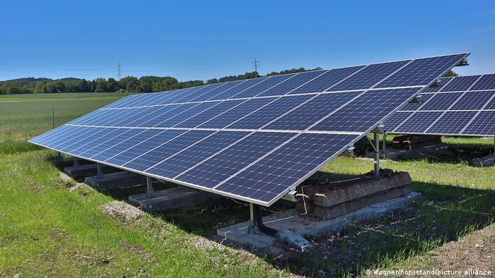 Solarpanele auf Wiese