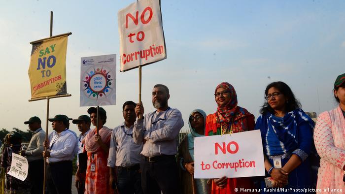 اعتراض مردم به فساد مالی در بنگلادش. فساد مالی در بنگلادش کمتر از ایران است