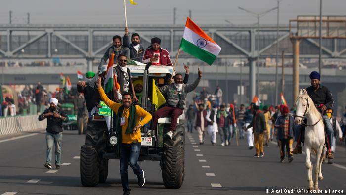 Demonstrierende Bauern mit Traktoren und Pferden am Tag der Republik auf einer Autobahn in Neu Dehli, Indien