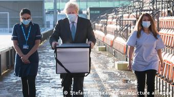 25 января премьер-министр Борис Джонсон лично привез вакцины AstraZeneca в один из британских центров вакцинации