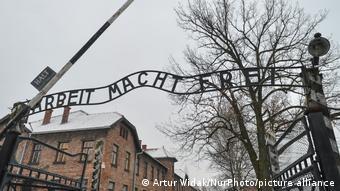 Inscrição O trabalho liberta na entrada do antigo campo de concentração de Auschwitz