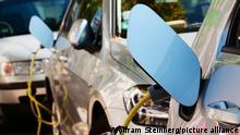 Symbolbild E-Fahrzeuge an einer Ladesäule