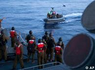 Soldados navales israelíes interceptan embarcaciones que se dirigen a Gaza.