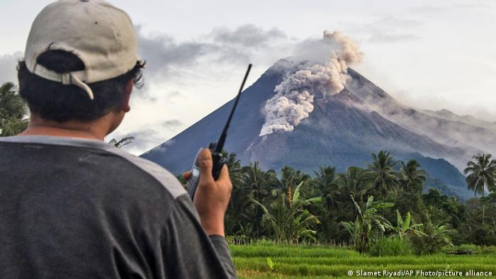 Gunung Merapi luncurkan awan panas pada Rabu (27/01)