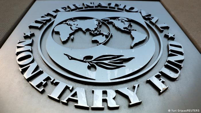 Логотип МВФ на здании штаб-квартиры фонда в Вашингтоне