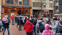 Polen Zakopane | Schlange vor Restaurant das trotz Verbot offen ist