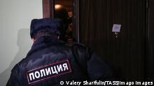 Russland, Wohnung von Nawalny in Moskau wird durchsucht MOSCOW, RUSSIA - JANUARY 27, 2021: A police officer enters Russian opposition activist Alexei Navalny s apartment at a residential building in Lyublinskaya Street. Investigators search apartments of Alexei Navalny and his wife Yulia, his brother Oleg, and the Navalny.Live studio in connection with the case of violation of sanitary-epidemiological rules. The case under Article 236 of the Russian Criminal Code was initiated after the 23 January 2021 unauthorized rally in support of Navalny. According to the Moscow emergency response center on the coronavirus situation control and monitoring, 19 people with COVID-19 who had received stay-at-home order, attended the event. Valery Sharifulin/TASS PUBLICATIONxINxGERxAUTxONLY TS0F543D