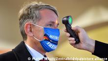 Der thüringische AfD-Chef Björn Höcke bei der Messung seiner Körpertemperatur