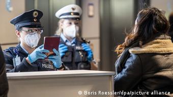 Женщины-полицейские проверяют паспорт в аэропорту Франкфурта