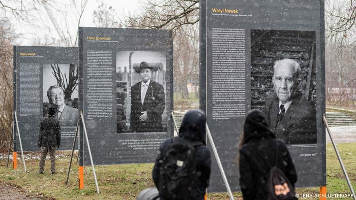 Estos son retratos de sobrevivientes del Holocausto en una exposición del fotógrafo alemán Stefan Hanke, en Erfurt, Alemania. El 27 de enero se conmemoró el 76 aniversario de la liberación del campo de concentración de Auschwitz, el mayor centro nazi de este tipo durante la II Guerra Mundial. Los 16 retratos forma parte de un total de 121 imágenes que Hanke ha tomado en siete países europeos.