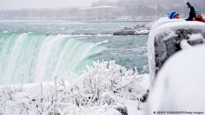 Voda pada sa visine od 51 metra, širina vodopada je 820 metara. Vodopad Nijagare Horsšu u Kanadi i sneg... Ima li boljeg mesta od ovog da se naparvi selfi?