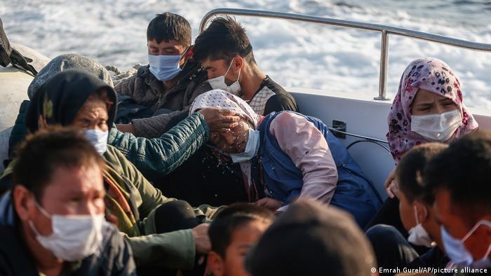 Flüchtlinge sitzen in einem Boot der türkischen Küstenwache