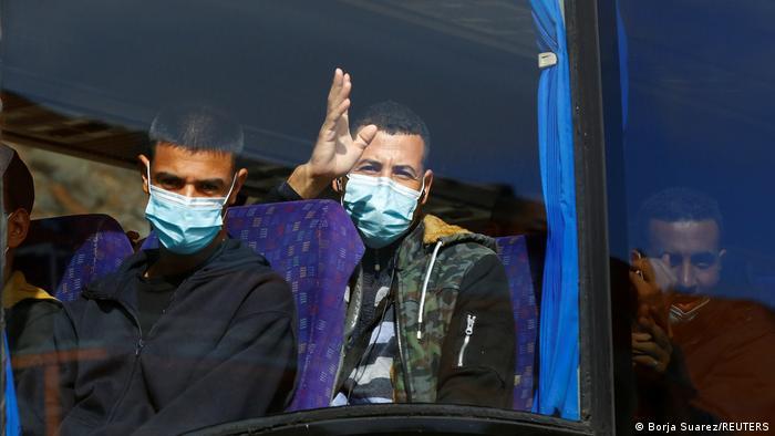 Spanien Migration l Migranten auf Gran Canaria - Bus