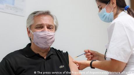 Alberto Fernández recibe la vacuna.