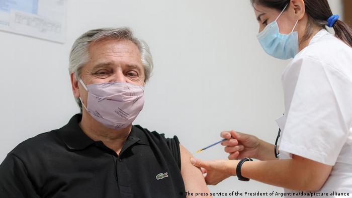 El presidente argentino, Alberto Fernandez, recibiendo la vacuna Sputnik V