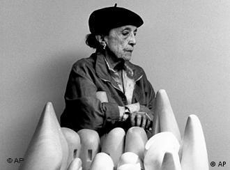 لوئیز بورژوا در کنار یکی از تندیسهای هنری خود در موزهی گوگنهایم نیویورک