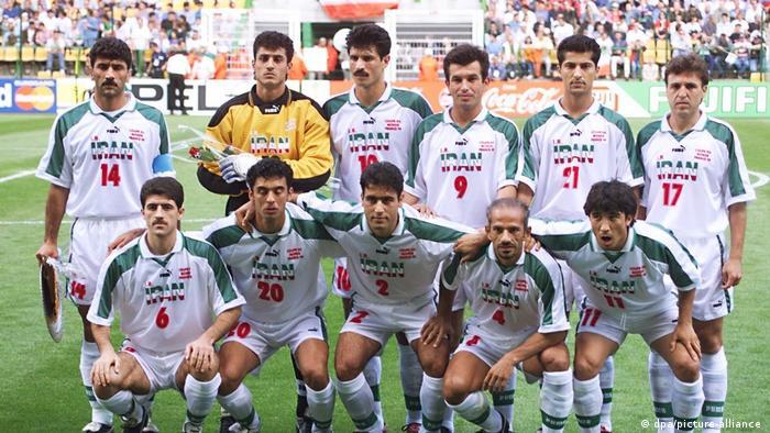 مهرداد میناوند (نفر دوم ایستاده از راست) در جمع ملیپوشان ایران برای حضور در مسابقات جام جهانی فوتبال ۱۹۹۸ فرانسه.