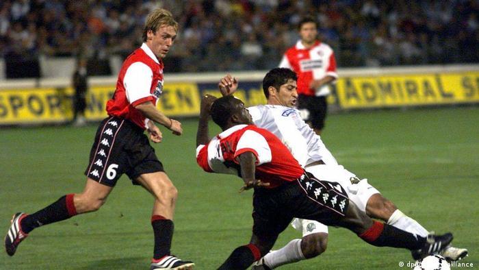مهرداد میناوند (پیراهن سفید) در بین سالهای ۱۹۹۸ و ۲۰۰۱ میلادی در خدمت باشگاه اتریشی اشتورم گراتس بود. صحنهای از مصاف این تیم با فاینورد روتردام از هلند در چارچوب دیدارهای مقدماتی لیگ قهرمانان باشگاههای ارپا در سال ۲۰۰۰ میلادی.