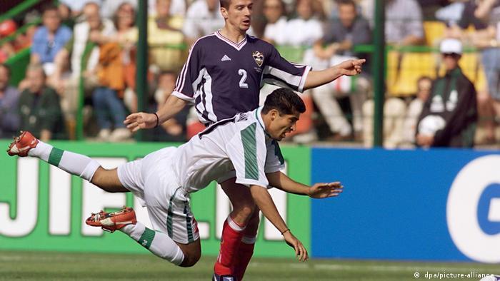 یوگسلاوی نخستین حریف ملیپوشان ایران در مسابقات جام جهانی فوتبال ۱۹۹۸ فرانسه بود. تصویر: تلاش ناموفق زوران میرکوویچ، بازیکن یوگسلاوی برای مهار مهرداد میناوند.