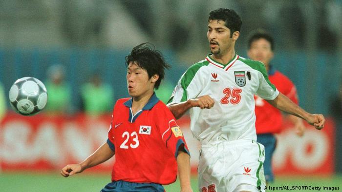 مهرداد میناوند در دیدار تیمهای ملی ایران و کره جنوبی در چارچوب مسابقات فوتبال قهرمانی آسیا در اکتبر سال ۲۰۰۰.