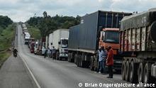 Afrika Grenzübergang Stau LKW Kenia Uganda