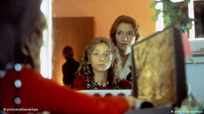 Film scene from Beyond Silence with a young woman in front of a mirror (picture-alliance/kpa)