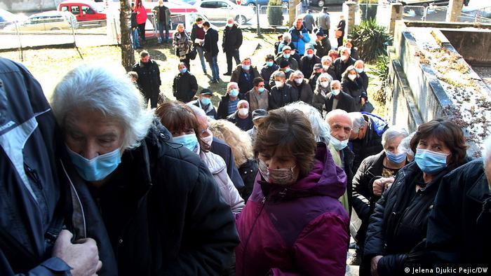 Kolona ispred Doma zdravlja u Kuršumliji