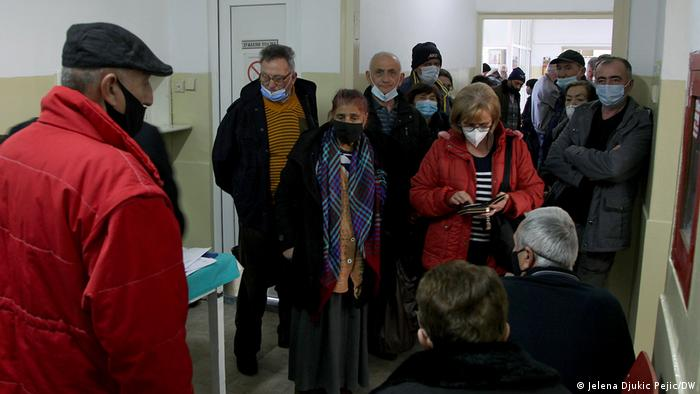 Red za vakcinaciju u hodniku Doma zdravlja u Kuršumliji