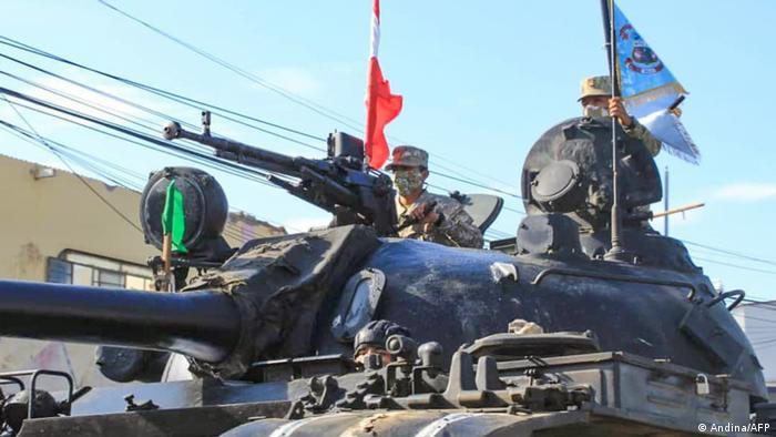 Militares peruanos patrullan este 26 de enero de 2021 en la ciudad de Tumbes, fronteriza con Ecuador.