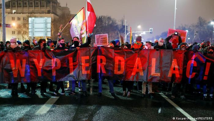 Йдіть до дупи - м'який переклад напису на транспаранті. Варшава, 28 січня, протест проти остаточної заборони абортів